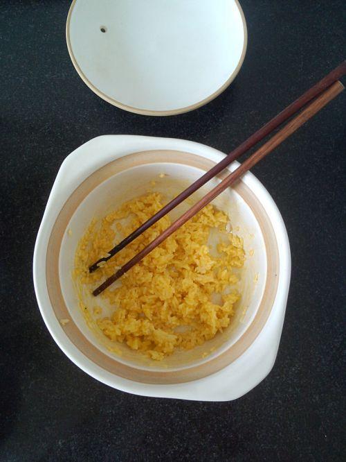 微波炉黄金蛋炒饭的做法图解3