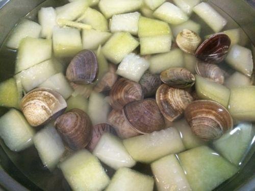 养生减肥的蛤蜊冬瓜汤的做法图解2