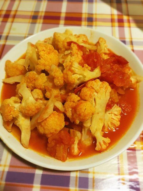 6. 待菜花变软就可以调入盐出锅了.家常美食网温馨提示:-番茄菜花