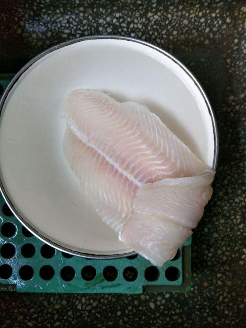 菠萝玉米龙利鱼的做法图解1