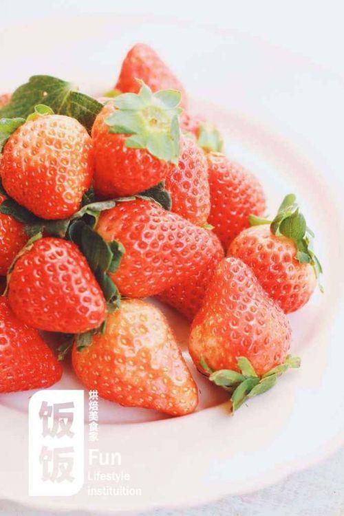 超简单草莓圣诞老人的做法图解1