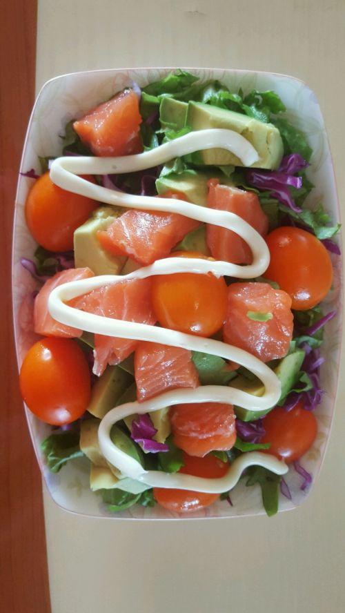 三文鱼牛油果蔬菜沙拉的做法图解1
