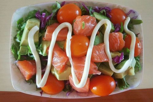 三文鱼牛油果蔬菜沙拉