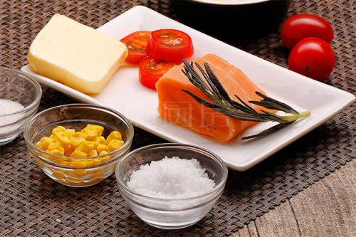 扒三文鱼配粟米牛油汁的做法图解1