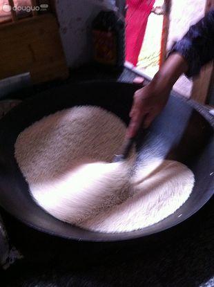 产妇美食·红糖炒米汤的做法图解1