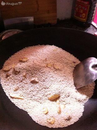 产妇美食·红糖炒米汤的做法图解2