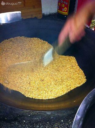 产妇美食·红糖炒米汤的做法图解3