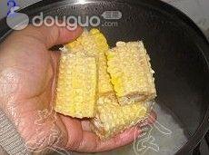 瘦肉玉米菜心粥的做法图解2