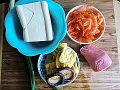 韩国火腿泡菜豆腐汤的做法图解1