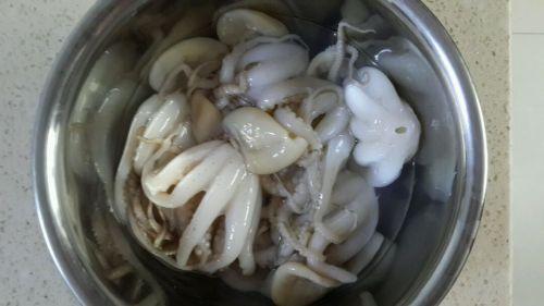 辣酱炒章鱼的做法图解1