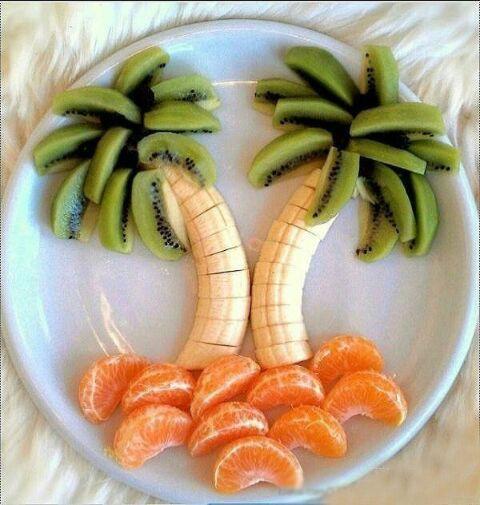 主料:奇异果3个,香蕉1根,桔子1个 椰树水果拼盘的做法步骤: 大家在