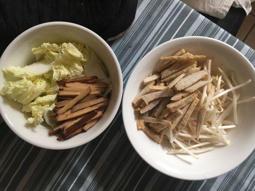 绿豆芽炒面的做法图解1