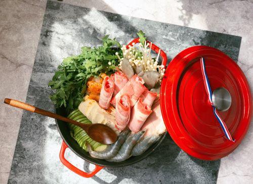 食材摆出喜欢的造型-泡菜肥牛火锅的做法