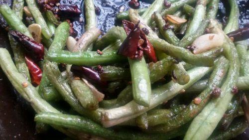 4. 然后倒入豇豆干煸出香味,加盐继续翻炒至汁干即可.家常美食网温