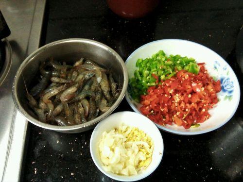 青红椒炒河虾的做法图解1