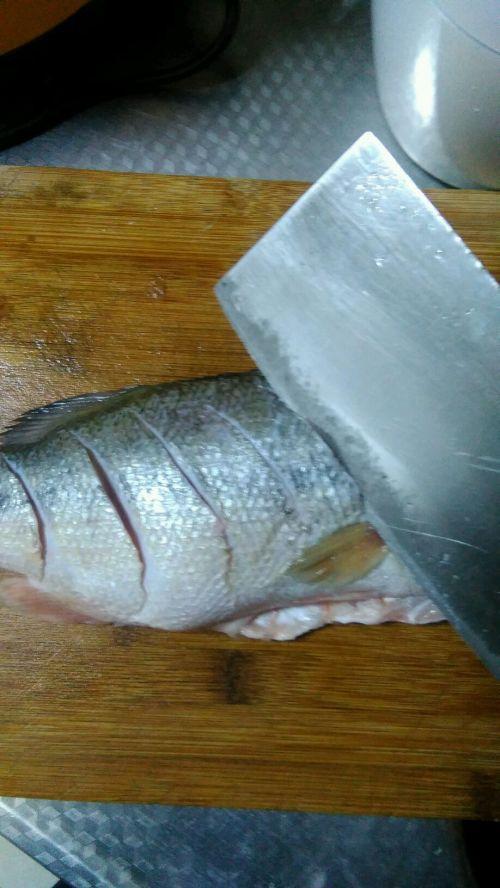 红烧鲈鱼的做法图解1