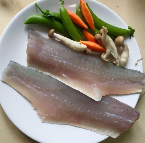 香煎海鲈鱼佐三色菜泥的做法图解1