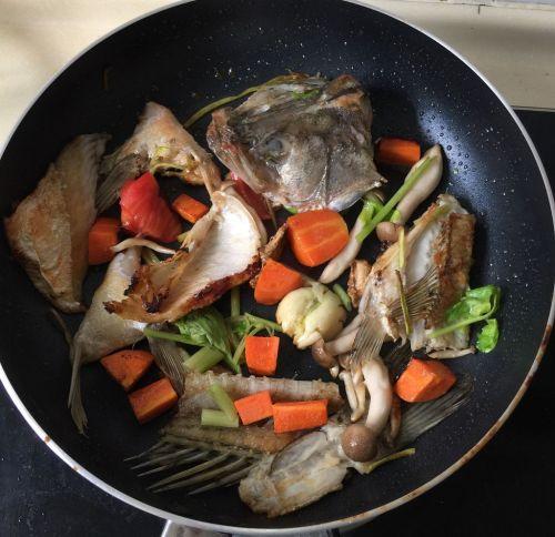 香煎海鲈鱼佐三色菜泥的做法图解7