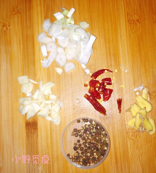 木耳五花肉焖黄豆的做法图解3