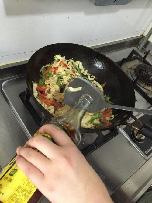 彩椒炒油豆皮+的做法图解7