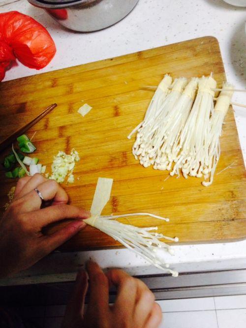 豆皮卷金针菇的做法图解2