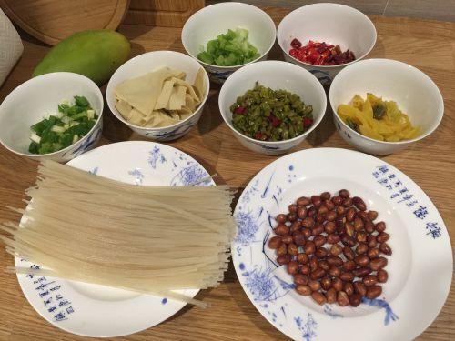 黄小厨私房酸辣米线的做法图解1