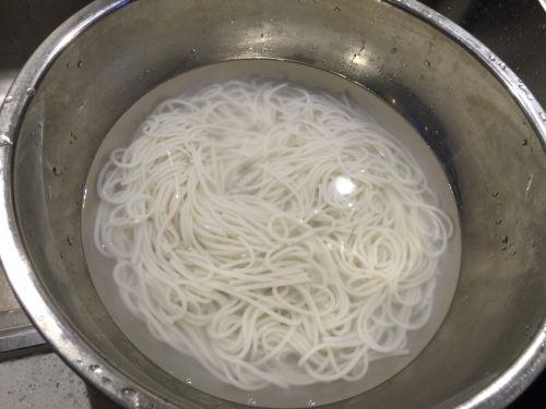黄小厨私房酸辣米线的做法图解4