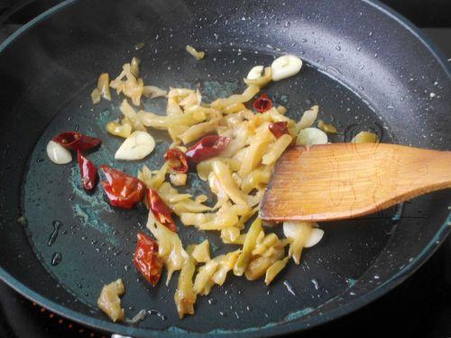 榨菜肉片炒蚕豆 的做法图解6