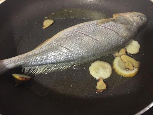 香煎柠香小黄鱼的做法图解2
