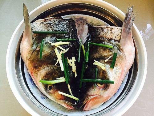 剁椒鱼头的做法图解5