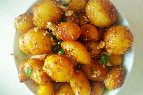 选6到8个样子还算可爱的小土豆,削皮洗净,放入水里煮半小时左右,水里