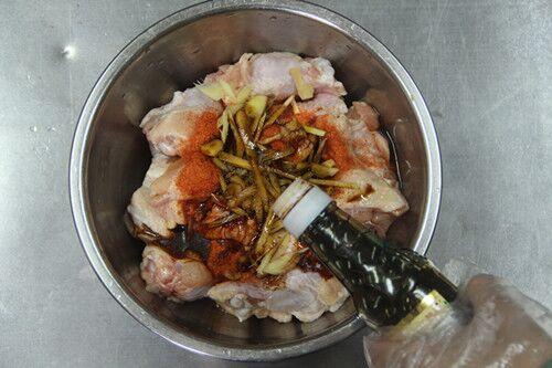 舌尖上的美食蜜汁烤鸡腿的做法图解2