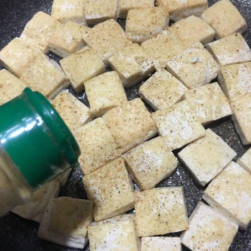 孜然葱花豆腐的做法图解3
