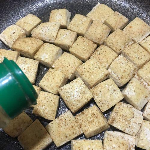 孜然葱花豆腐的做法图解4