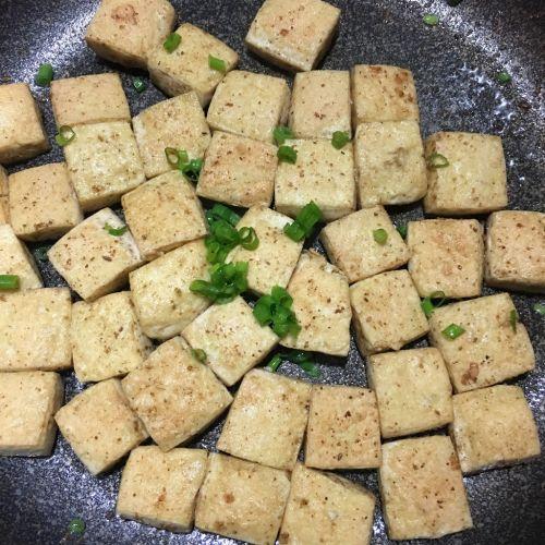 孜然葱花豆腐的做法图解5