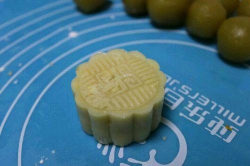广式莲蓉蛋黄月饼的做法图解7