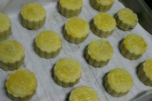 广式莲蓉蛋黄月饼的做法图解8