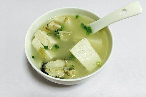 鲜菇豆腐鲫鱼汤