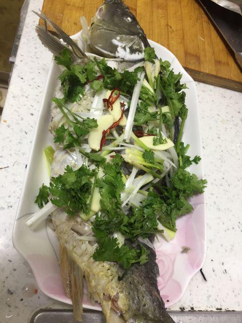 水煮的油泼鲤鱼的做法图解1