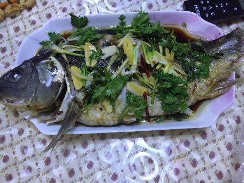 水煮的油泼鲤鱼的做法图解3