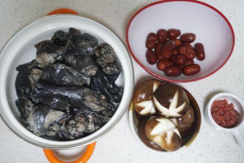 枸杞红枣乌鸡汤的做法图解3