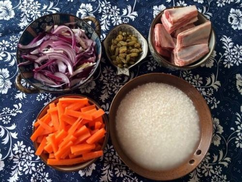 将米提前浸泡4小时,将胡萝卜切成细细的长条,洋葱切丝.羊排清洗干净