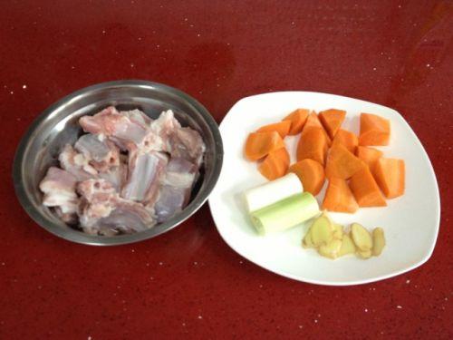 胡萝卜羊排汤的做法图解1