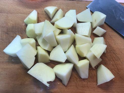 家乡土菜土豆鱼汤的做法图解1