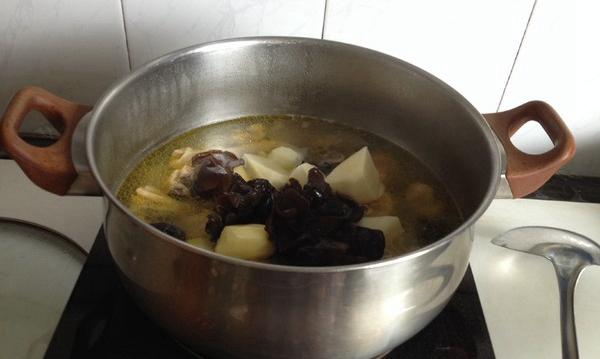 土鸡洋芋汤