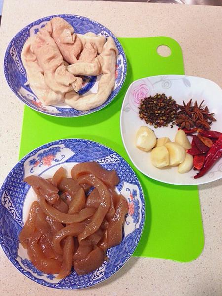 川味鲍鱼洋葱做法的砂锅魔芋配肥肠图片