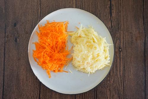胡萝卜土豆鸡蛋饼的做法图解2