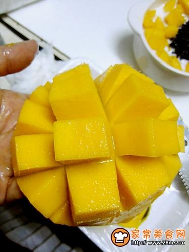 芒果黑糯米白雪甜甜的做法图解4