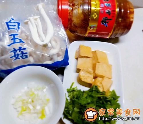 白玉菇焖豆腐的做法图解1