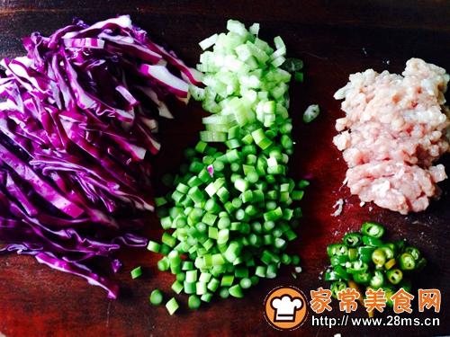 紫甘蓝肉末炒饭的做法图解1